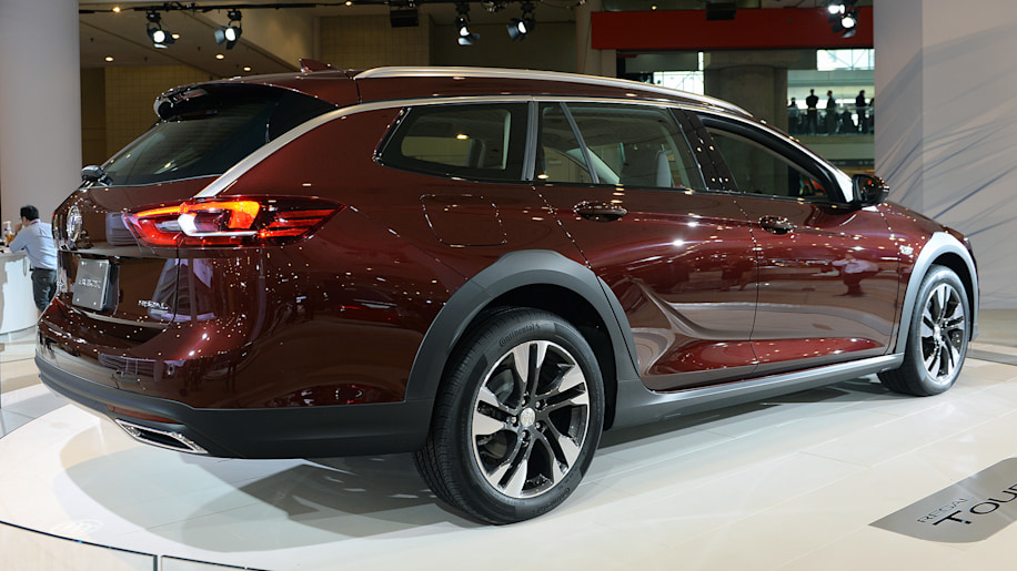 the 2018 buick regal is now a hatchback and a wagon autoblog. Black Bedroom Furniture Sets. Home Design Ideas