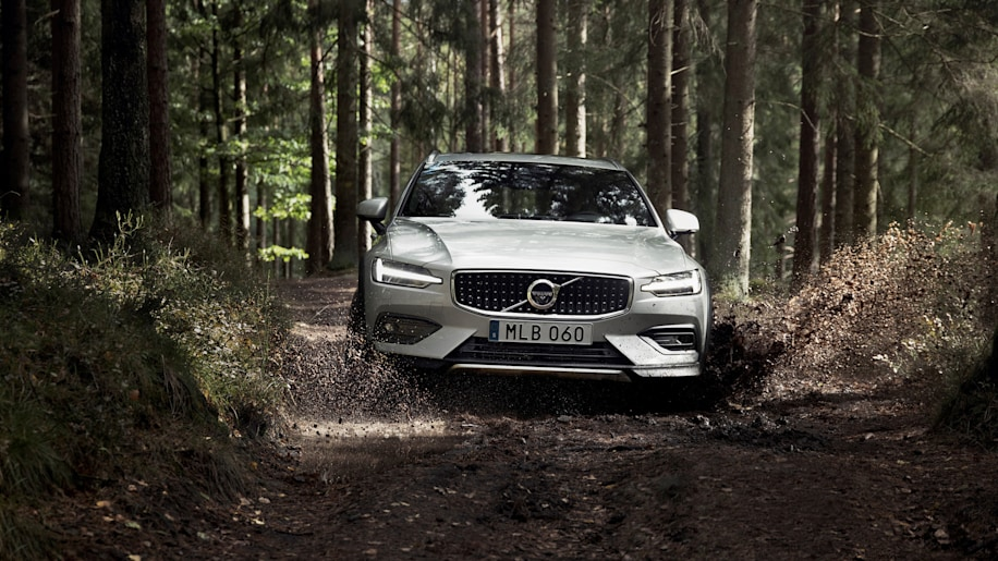 2019 Volvo V60 Cross Country in the mud