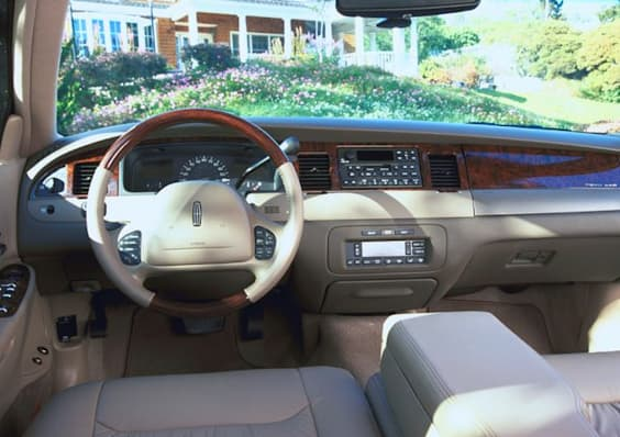 2001 lincoln town car executive 4dr sedan pricing and options. Black Bedroom Furniture Sets. Home Design Ideas
