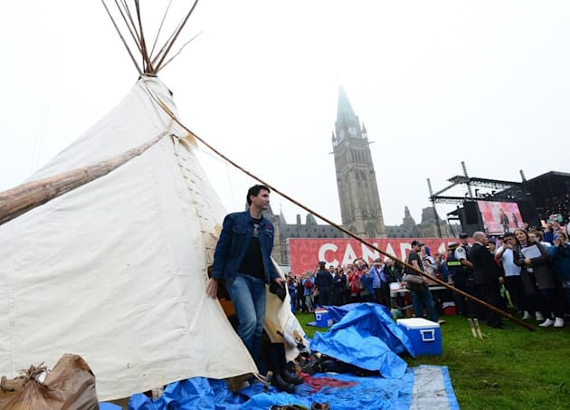 Prime Minister Justin Trudeau met with indigenous demonstrators on Parliament Hill. (Sean
