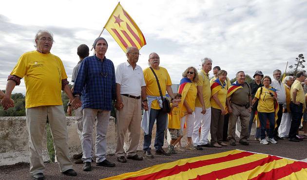 Lluis Llach participa en la cadena humana como parte de la campaña por la independencia de Cataluña....