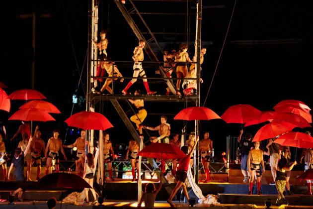 Montréal Complètement Cirque présente ROUGE, sa pyramide de l'amour en plein