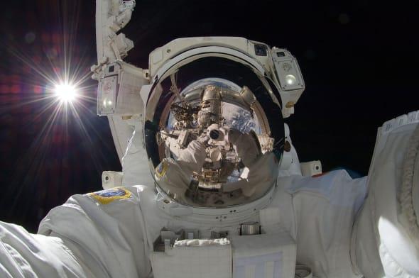 Ce selfie dans l'espace avec la France en arrière-plan est un faux (et ce n'est pas Thomas