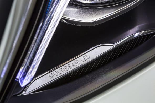 E350 e Exklusiv, designo diamantweiss, Nappa Nussbraun/Espressebraun E350e Exclusive, designo diamond white bright, nappa nut brown/espresso brownE 350 eKraftstoffverbrauch NEFZ kombiniert: 2,1 l/100 km*; CO₂-Emissionen kombiniert: 49 g/km*; Elektrischer Energieverbrauch NEFZ gewichtet (kWh/100 km):  11 kWh/100 km* (*vorläufig)Fuel consumption NEDC combined: 2.1 l /100 km*; combined CO₂ emissions: 49 g/km*; Electric power consumption NEDC, weighted: 11 kWh/100 km* (*preliminary)