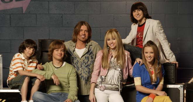 "HANNAH MONTANA - Moises Arias as ""Rico,"" Jason Earles as ""Jackson Stewart,"" Billy Ray Cyrus as ""Robbie Stewart,"" Miley Cyrus as ""Hannah Montana,"" Mitchel Musso as ""Oliver Oken"" and Emily Osment as ""Lilly Truscott"" on ""Hannah Montana"" on the Disney Channel. (DISNEY CHANNEL/BOB D'AMICO)"
