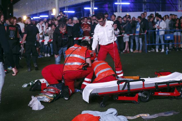 GRA603. MADRID, 07/07/2017.- Miembros de los servicios sanitarios intentan reanimar a un acr�bata que participaba en un espect�culo de entretenimiento en el intermedio de los conciertos de Alt-J y Green Day, dentro del programa del festival Mad Cool en Madrid. EFE / Kiko Huesca.