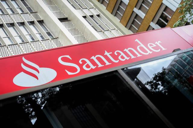 """BRA15. SAO PAULO (BRASIL), 26/01/2017.- Fachada una sucursal del banco Santander hoy, jueves 26 de enero de 2017, en la avenida Paulista, region centrica de Sao Paulo (Brasil). El presidente de la filial brasile�a del Banco Santander, Sergio Rial, asegur� hoy que la entidad cerr� un """"gran a�o"""" en 2016, con un beneficio de 7.339 millones de reales (unos 2.322 millones de d�lares), a pesar de la crisis econ�mica que vive el pa�s, e intuye """"que lo mejor est� por llegar"""". EFE/ FERNANDO BIZERRA JR"""