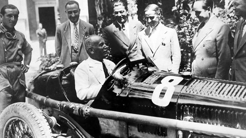 Mussolini al volante di un'Alfa Romeo da competizione. Al centro Prospero Gianferrari.
