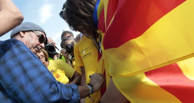 Lluis Llach firma autógrafos en la campaña por la independencia de Cataluña durante la Diada el 11 de...