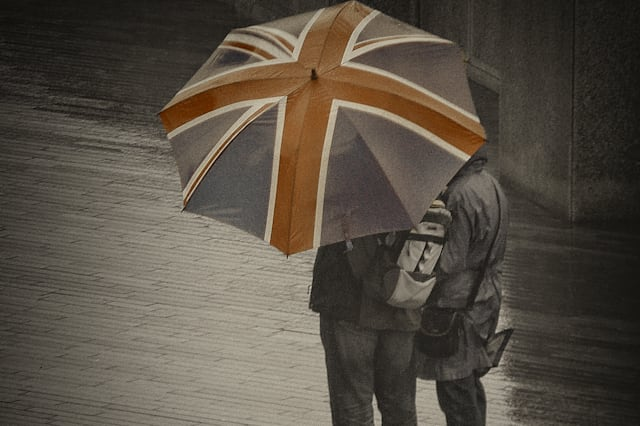 A couple of tourist walking in London under the rain.