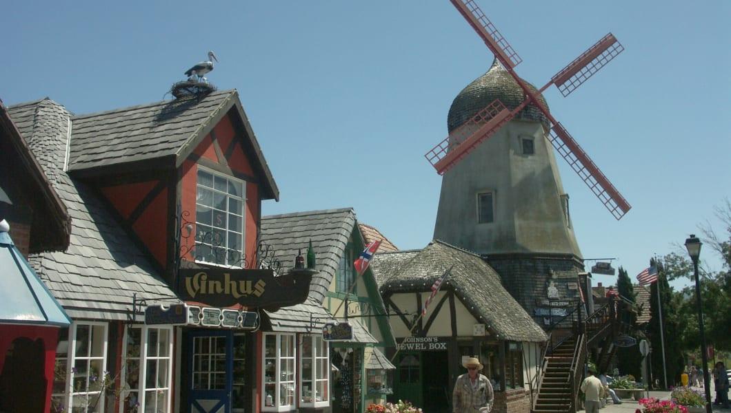 https://upload.wikimedia.org/wikipedia/commons/d/d3/Solvang_California_Windmill.jpg