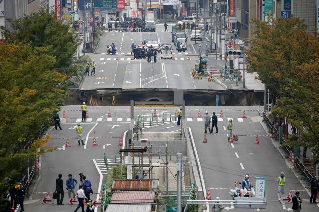 Speedy Japanese worker fix sinkhole in a week