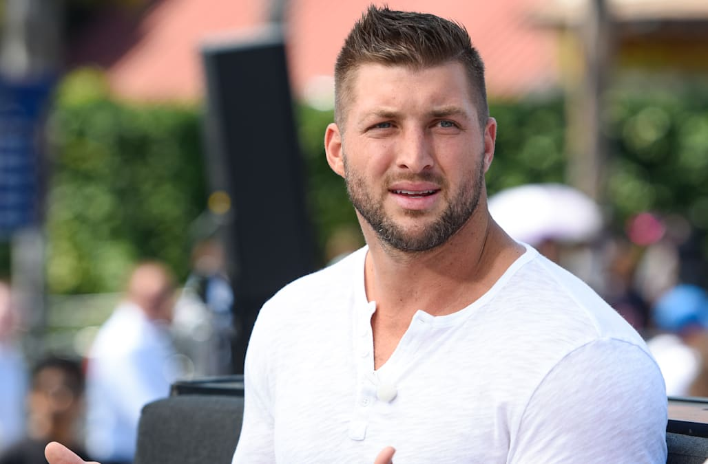 "Bella Thorne, Tim Tebow And Geoffrey Zakarian On ""Extra"""
