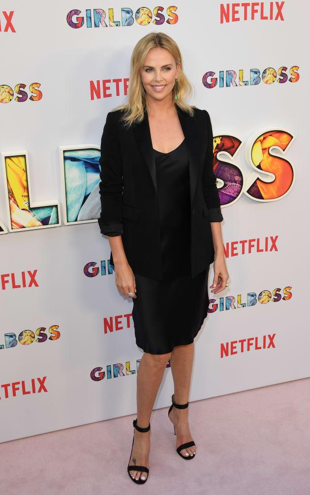 """Charlize Theron pose sur le tapis rouge de la première de """"GirlBoss"""", la nouvelle série de"""