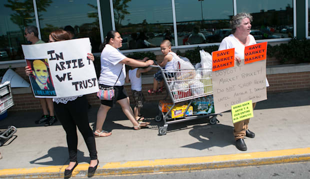Chelsea, Massachusetts, USA. 22nd July, 2014. Workers protest outside as produce shelves at the Market Basket Supermarket in Che