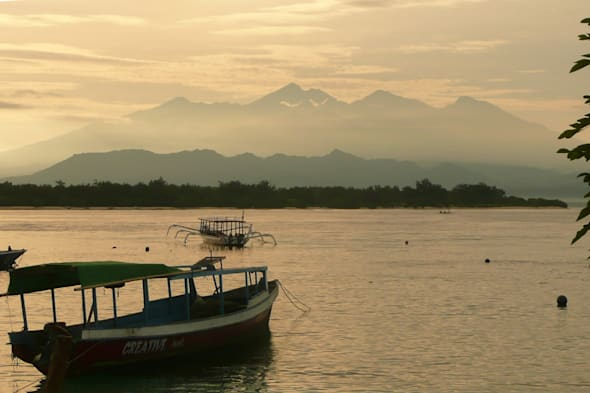 boat sinks in indonesia, british tourist rescued