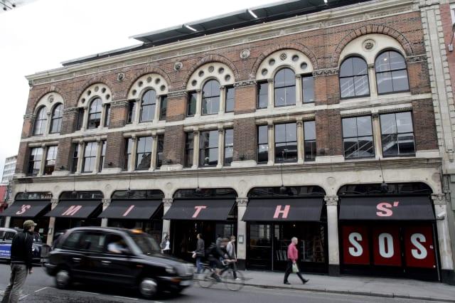 Live rat falls on woman's head at London restaurant