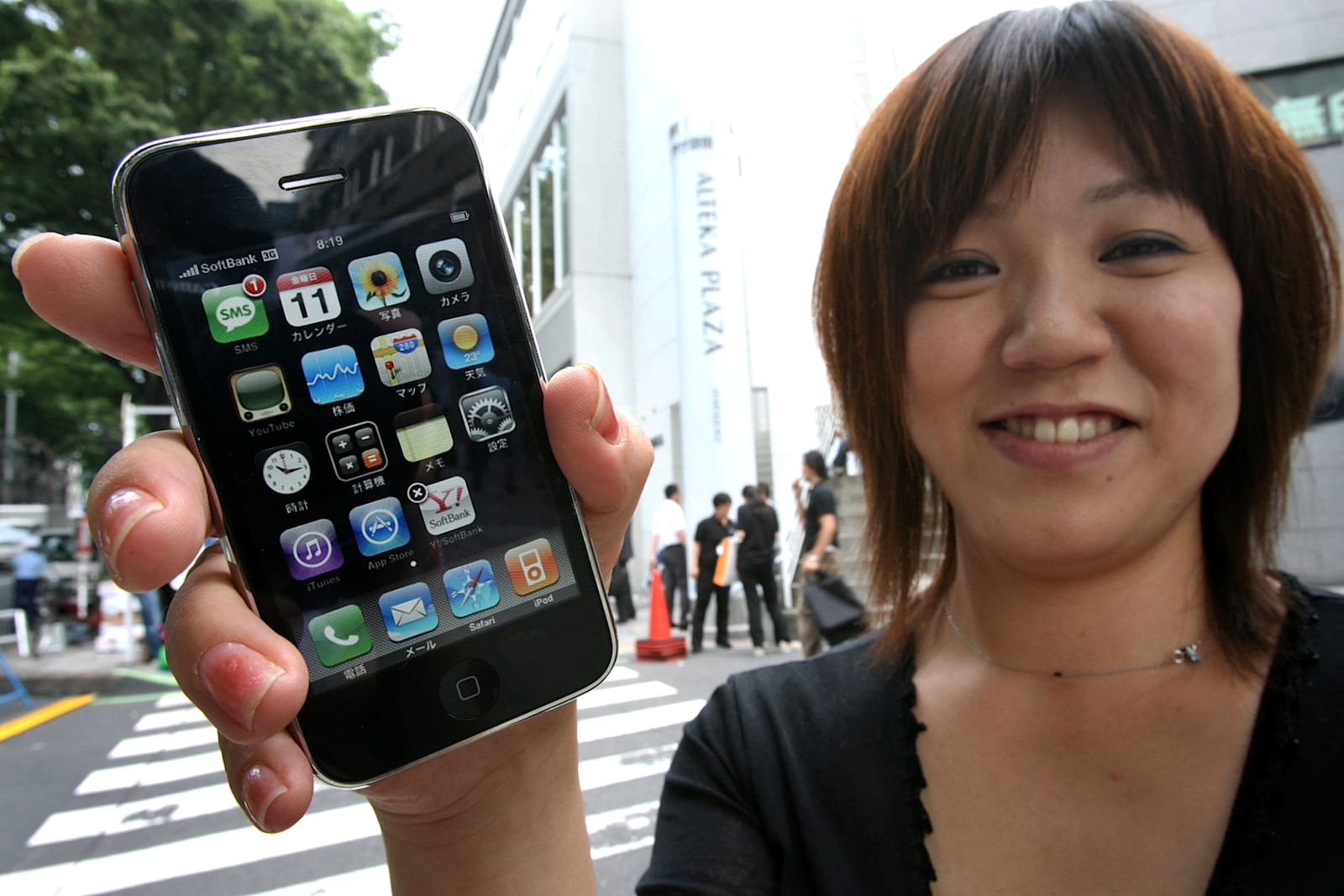iPhone Goes On General Sale In Tokyo