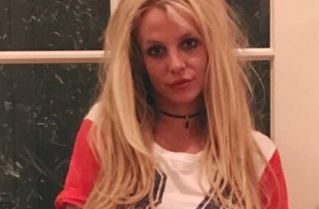 Britney Spears shows off toned tummy in sexy 'sweats and a ...