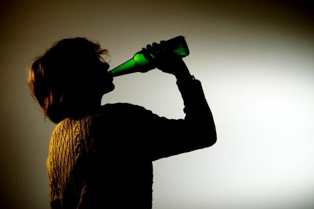 Binge drinking 'costs UK £4.9bn'