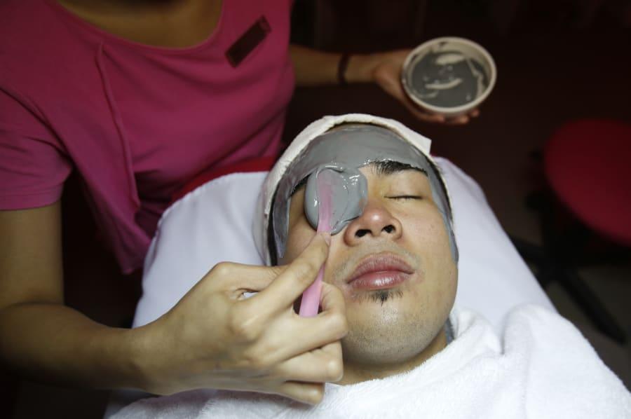 Un hombre recibe un tratamiento de belleza en Manila,