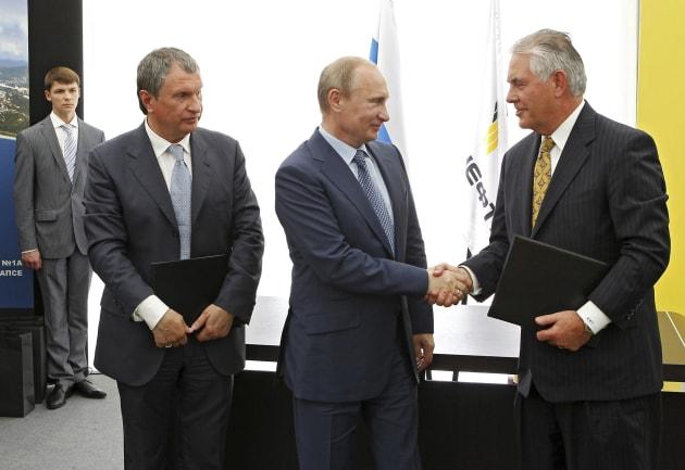 Vladimir Poutine serre la main de Rex Tillerson le 15 juin