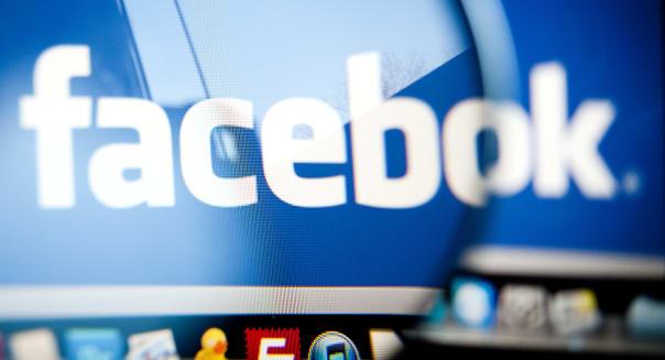 Facebook loescht falsche Profile (ARCHIV: Das Logo von Facebook ist in Berlin fuer eine Fotoillustration auf einem Laptopbildsch