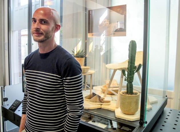 Au musée Micropia, dédié aux microbes et au minuscule, le designer italien Maurizio Montalti pose devant...