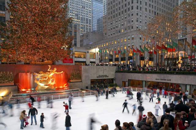 United States, New York, Manhattan, Rockefeller Center, Ice-skating rink, the giant Christmas tree and Prometheus sculpture by P