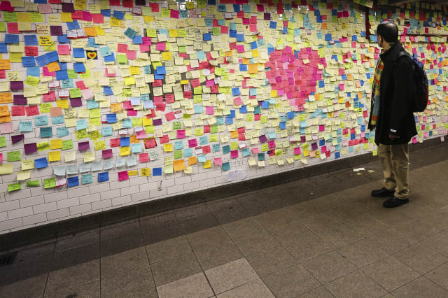 """Mural chamado """"Terapia de Metro"""" , onde pessoas escrevem mensagens em papel auto-aderente na Estação Union Square"""