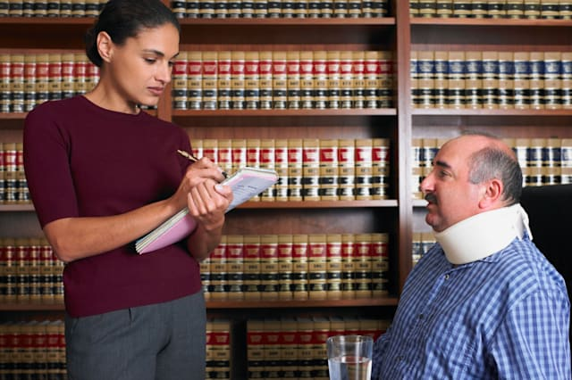 AXBK5G Female lawyer talking to injured client  20-25; years; 20s; 25-30; years; 30-35; years; 30s; 35-40; years; 40-45; years;