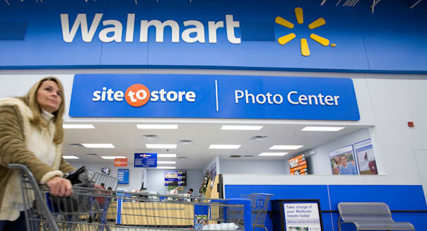 BGHMJ8 A woman shops inside a Walmart Supercenter in Arkansas, U.S.A. WALMART; WAL-MART; WAL; MART; SUPERCENTER; RETAIL; WALMART