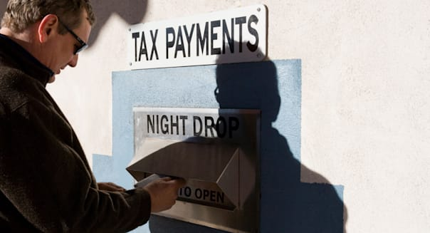 BY7WT9 Man mailing his tax payment, drop box, United States  USA; tax; payment; taxes; person; sending; due; IRS; man; taxes; du