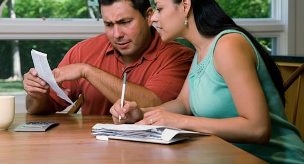 A0PKEW Couple Paying Bills Together