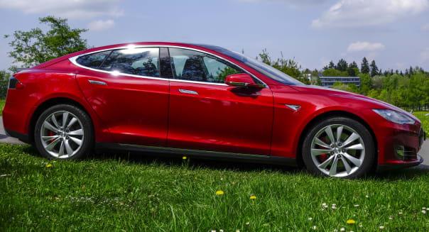Roter Tesla Model S P85, ein Luxus-Elektroauto