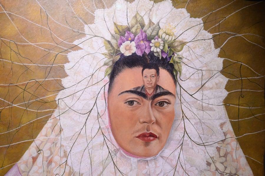 Pintura de 1949. En este autorretrato, Frida está vestida de tehuana. La imagen de Diego Rivera aparece...