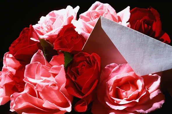 Bunch of roses with envelope, close-up