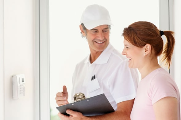 BJHK2H Repair person and customer.