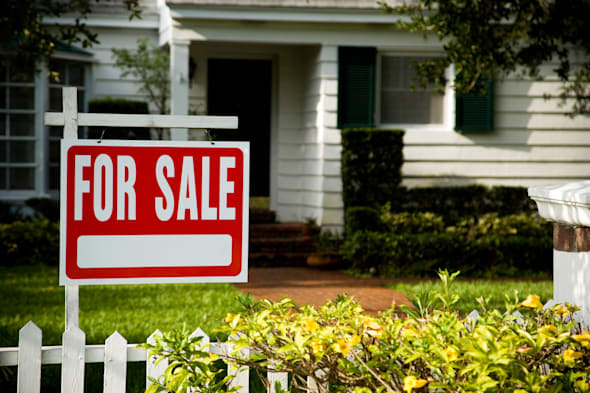 B07KTF For sale sign outside a family house  new; home; house; for; sale; sign; selling; for; sale; for; sale; sign; board; fron