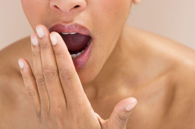 B7MJYM Close-up of a woman yawning