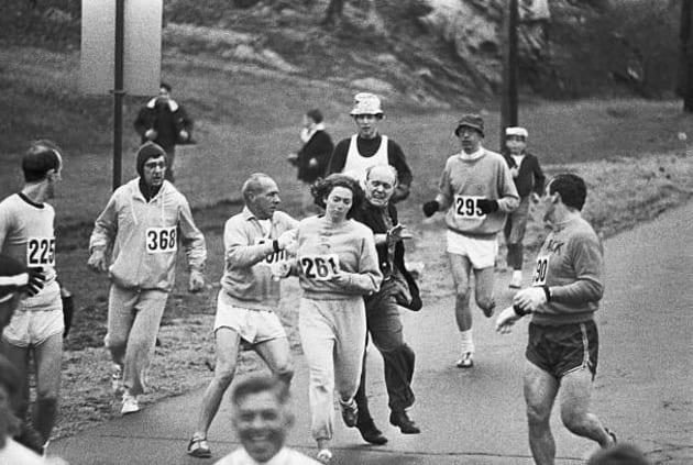 En 1967, au marathon de Boston, un organisateur de la course tente d'arrêter Kathrine