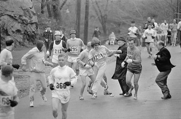 Lors du marathon de 1967, l'entraîneur et le compagnon de Kathrine Switzer prennent sa défense pour qu'elle...