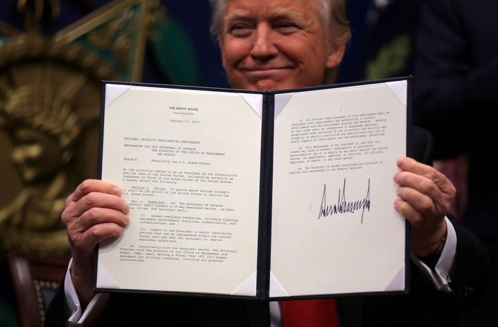 Handwriting experts decipher Trump's grand signature - AOL ...