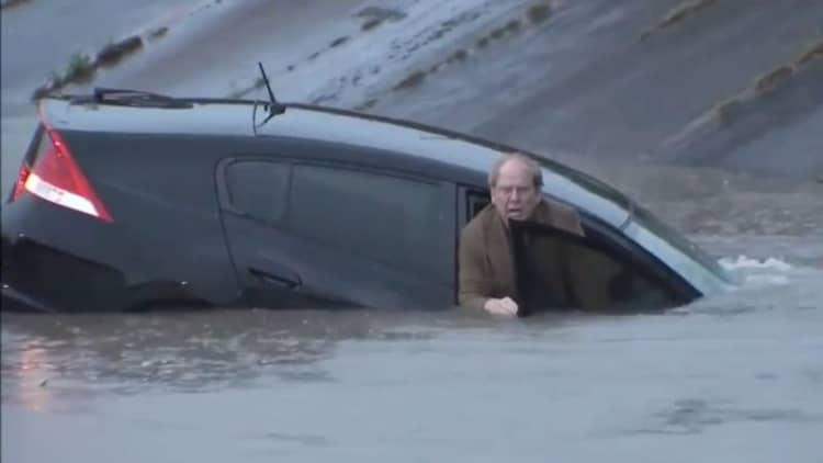 Driver saved from sinking car in Houston by live news reporter
