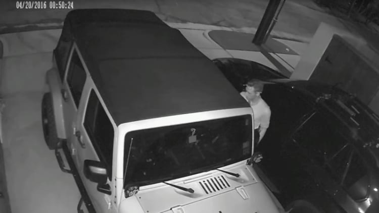 Watch thief steal Jeep Wrangler with laptop