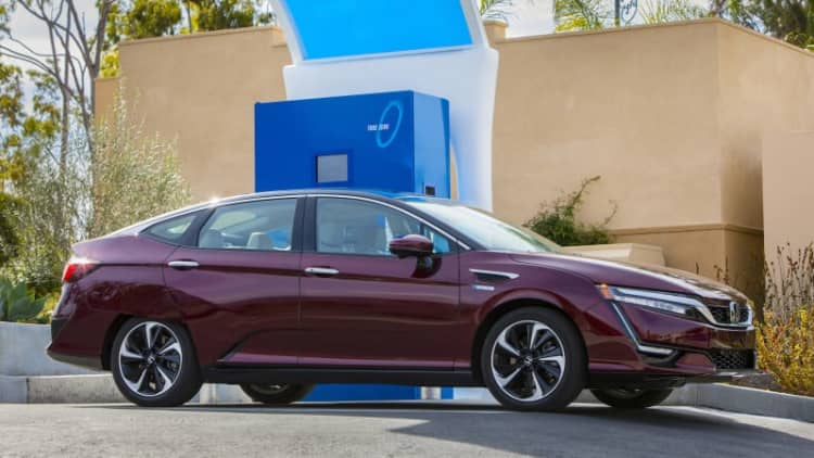 Honda's Clarity Fuel Cell arrives at dealerships
