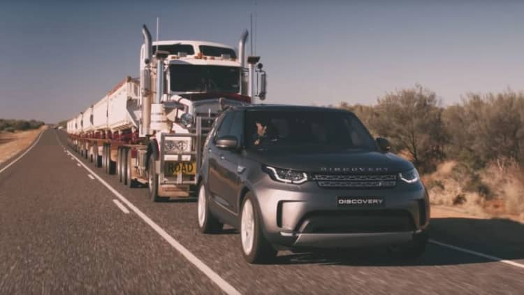 Land Rover Discovery tows 121-ton Aussie 'road train'