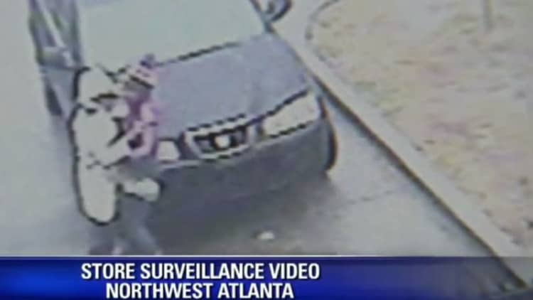 Woman fights off cell phone thief at Atlanta gas station while three men steal her car