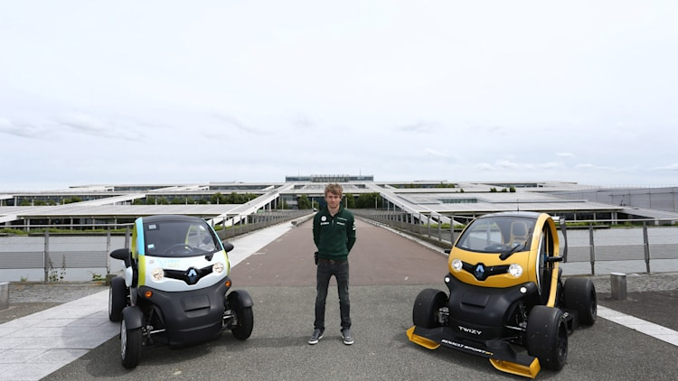 charles pic with the twizy way photo gallery autoblog. Black Bedroom Furniture Sets. Home Design Ideas