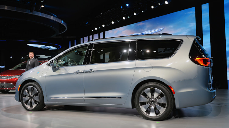 2017 chrysler pacifica hybrid detroit 2016 photo gallery autoblog. Black Bedroom Furniture Sets. Home Design Ideas